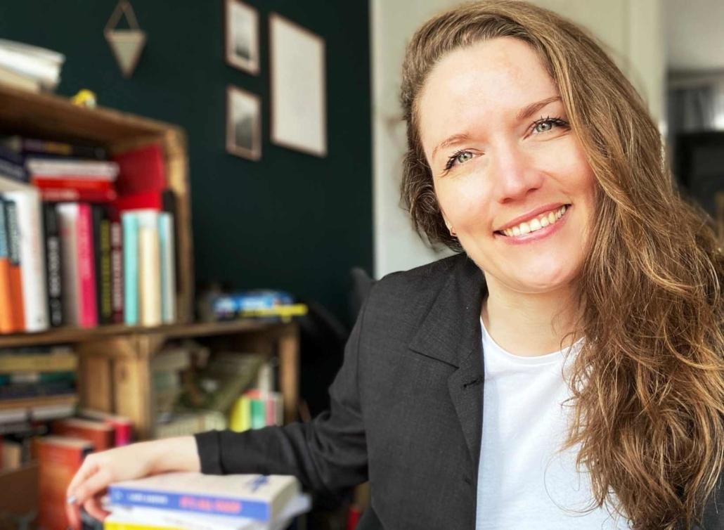 Svenja Hirsch vor Bücherregal und Bücherstapel, Titelbild Free Workshop